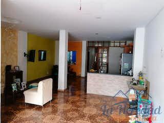 Una sala de estar llena de muebles y una televisión de pantalla plana en Apartamento ParaVenta,