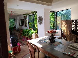 Una sala de estar llena de muebles y una mesa en BOSQUES DE LA CONCHA