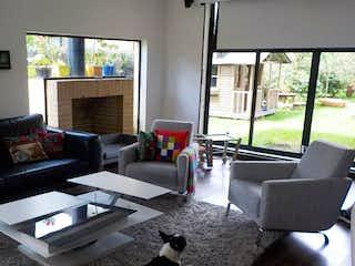 Una sala de estar llena de muebles y un perro en Casa En Calahorra, en Cajica,  4 Alcobas- 280m2.