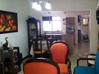 Una sala de estar llena de muebles y una ventana en Apartamento en venta en La Villa de tres habitaciones