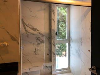 Una ventana que está en un baño en PARQUES DEL PEDREGAL / Cúspide.