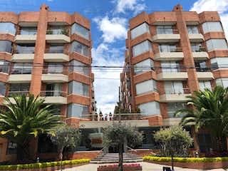 Un edificio alto sentado al lado de una calle en 100850 - APARTAMENTO UBICADO EN SECTOR EXCLUSIVO DE SANTA BARBARA