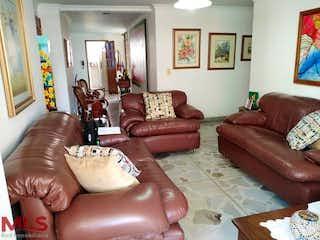 Una sala de estar llena de muebles y un sofá en La Camelia