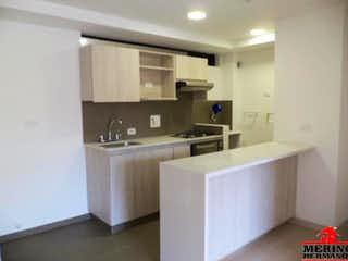 Una cocina con lavabo y microondas en RETIRO VERDE