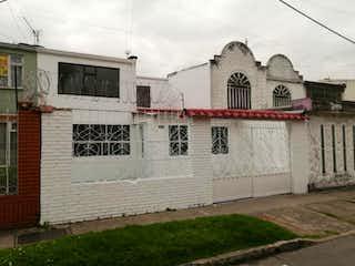Un edificio con un reloj en el costado en Casa En Venta En Bogota La Europa