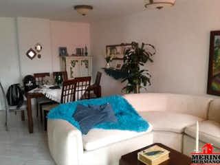 Una sala de estar llena de muebles y una mesa en CANTABRIA