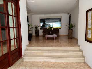 Una sala de estar llena de muebles y una planta en maceta en Apartamento en venta en Batán de una alcoba