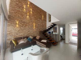 Una sala de estar llena de muebles y una ventana en Casa en venta en San Antonio De Pereira 166m²