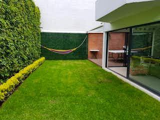 Una vista de una casa con una boca de incendios en Casa Venta, Club de Golf México, Tlalpan