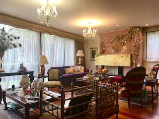 Una sala de estar llena de muebles y una lámpara de araña en Casa En Bogota Sotileza de tres pisos, cuatro garajes.