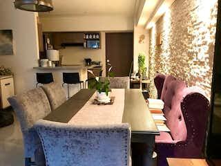 Una sala de estar llena de muebles y una gran ventana en Departamento en venta en Cuevitas de dos recamaras