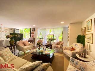 Una sala de estar llena de muebles y una gran ventana en Pinares Del Castillo