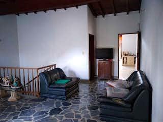 Una sala de estar llena de muebles y una chimenea en Casa en venta en Estadio, de 216mtrs2