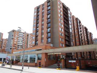 Un edificio alto sentado al lado de una calle en Conjunto La Pradera Club Residencial