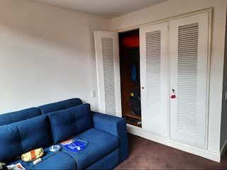 Una sala de estar llena de muebles y una ventana en Apartamento en Venta LA CABRERA CHICO LAGO