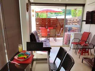 Un ordenador portátil sentado en la parte superior de una mesa en Casa en venta en Casco Urbano Santa Fé De Antioquia con acceso a Gimnasio
