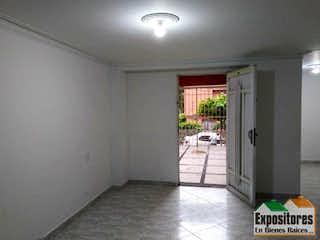 Una vista de una sala de estar desde el pasillo en Casa ParaVenta