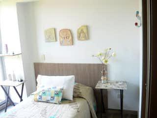 Un dormitorio con una cama y una mesa en él en Apartamento en venta en Casco Urbano Santa Fé De Antioquia 62m² con Jardín...