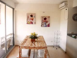 Una sala de estar llena de muebles y una planta en maceta en Apartamento en venta en Casco Urbano Santa Fé De Antioquia con acceso a Zonas húmedas