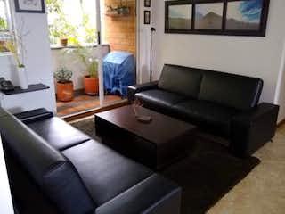 Una sala de estar llena de muebles y una ventana en APARTAMENTO EN VENTA- SAN LUCAS MEDELLIN
