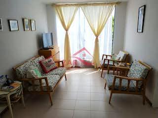 Una sala de estar llena de muebles y una ventana en Balcones de Santa Lucía