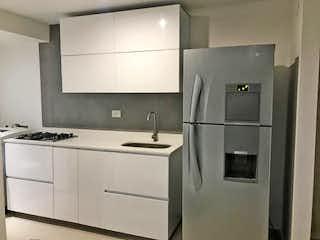Un refrigerador congelador blanco sentado dentro de una cocina en Apartamento en venta en San Germán, 72mt con balcon