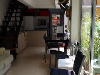 Una sala de estar llena de muebles y una ventana en Casa en venta en Casco Urbano Santa Fé de Antioquia, de 136mtrs2
