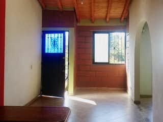 Una habitación con una puerta de madera y una ventana en Casa en venta en Centro, de 514mtrs2