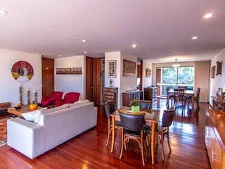 Una sala de estar llena de muebles y una mesa en Apartamento en venta en Colinas De Suba de 209m² con Gimnasio...