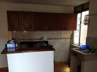 Un refrigerador congelador blanco sentado en una cocina en Apartamento en venta en Barrio Buenos Aires, de 55mtrs2