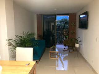 Una sala de estar llena de muebles y una televisión de pantalla plana en excelente apartamento muy bien ubicado  Belén Fátima
