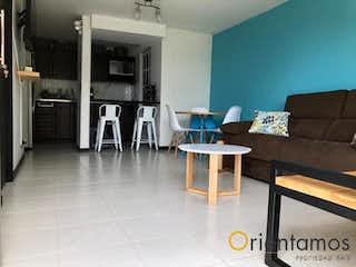 Una sala de estar llena de muebles y una chimenea en SERRANIAS