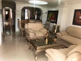 Una sala de estar llena de muebles y un piano en babilonia