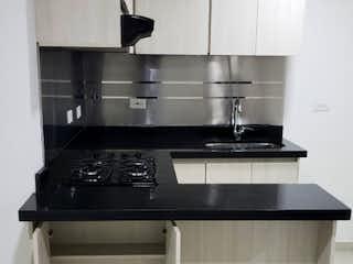 Una cocina con un fregadero y una estufa en Se Vende Apartamento en Sabaneta, Antioaquia