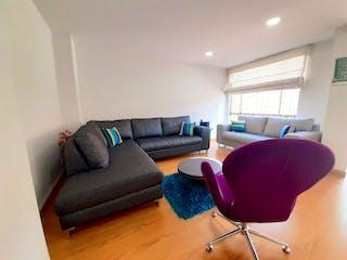 Una sala de estar llena de muebles y una silla marrón en Apartamento en venta en Caobos Salazar de tres habitaciones