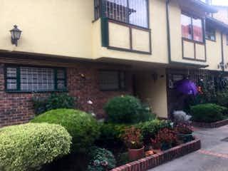 Una planta en maceta en el lado de un edificio en Casa En Venta En Bogota Iberia