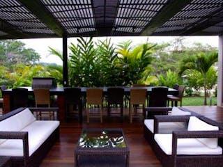 Una sala de estar llena de muebles y una gran ventana en Casa en venta en Casco Urbano Anapoima, de 300mtrs2