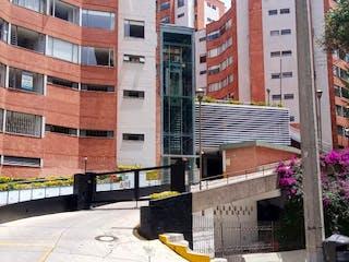 Un gran edificio con un cartel de calle en él en Apartamento en venta en Chapinero Alto de 3 habitaciones