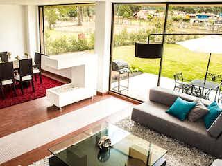 Una sala de estar llena de muebles y una gran ventana en Santa Anita