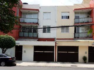 Una calle de la ciudad con un edificio y una calle en Departamento en Venta, Col. General Pedro María Anaya