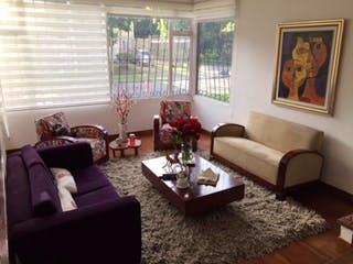 Una sala de estar llena de muebles y un sofá en Casa En Venta En Bogota San Nicolas