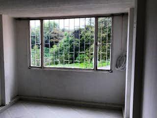 Una ventana que está sentada delante de una ventana en Casa En Venta En Bogota Bachue