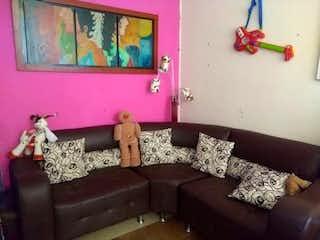 Una sala de estar con un sofá y un sofá en Casa Sabana de Tibabuyes, Suba, tres alcobas- 36m2