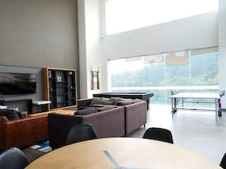 Una sala de estar llena de muebles y una televisión de pantalla plana en Basalto