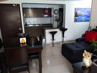 Una sala de estar llena de muebles y una televisión de pantalla plana en Apartamento en venta en Humedal de Jaboque de tres habitaciones