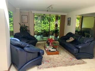 Una sala de estar llena de muebles y una televisión de pantalla plana en Casa en venta en Las Lomas de 350m²