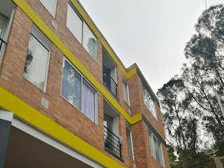 Un edificio con un reloj en el costado en Apartamento en venta en Casa Blanca Suba 43m²