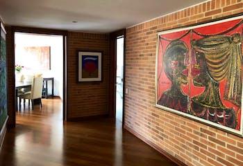 Apartamento En Venta En Bogota Rosales, cuenta con 3 garajes y deposito.