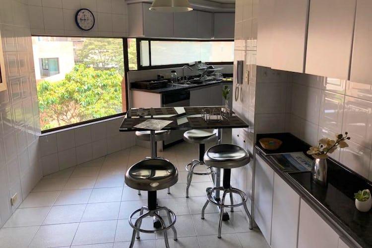 Foto 6 de Apartamento En Venta En Bogota Rosales, cuenta con 3 garajes y deposito.