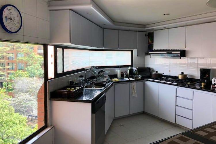 Foto 7 de Apartamento En Venta En Bogota Rosales, cuenta con 3 garajes y deposito.